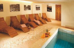 Schwimmbad mit Liegen im Hotel Klumpp Baiersbronn